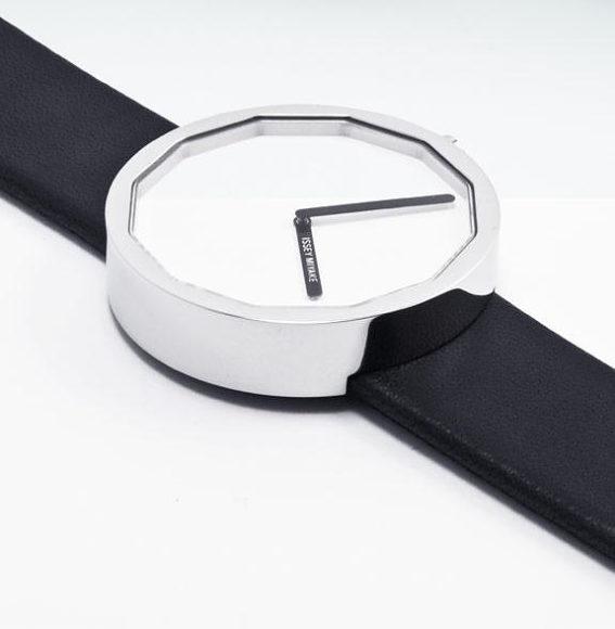 Μινιμαλιστικό ρολόι χειρός Twelve του Issey Miyake.