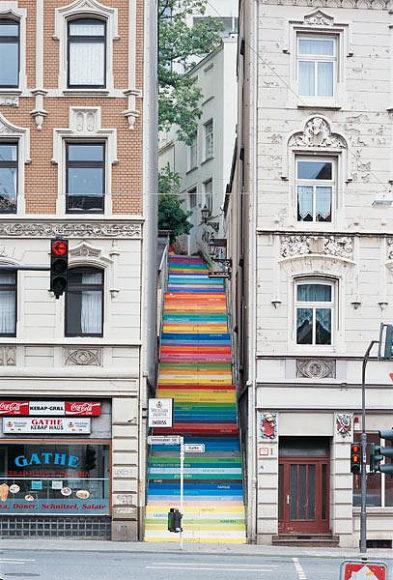 Μια υπαίθρια σκάλα μεταμορφώνεται σε έργο τέχνης.