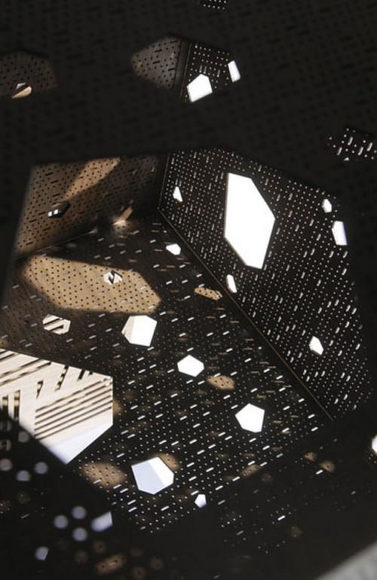 Ντουλάπι Riddled, ξυλογλυπτική με λέιζερ από τον Steven Holl για την Horm.