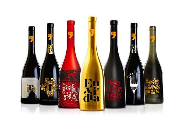 Μπουκάλια κρασιού με θέμα τα 7 θανάσιμα αμαρτήματα.