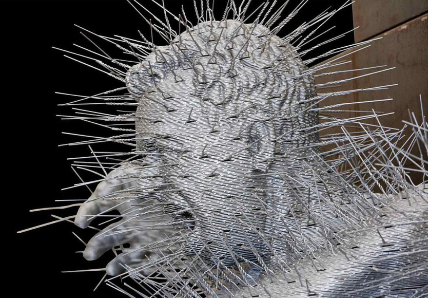 Γλυπτά φτιαγμένα με κρεμάστρες από τον David Mach.