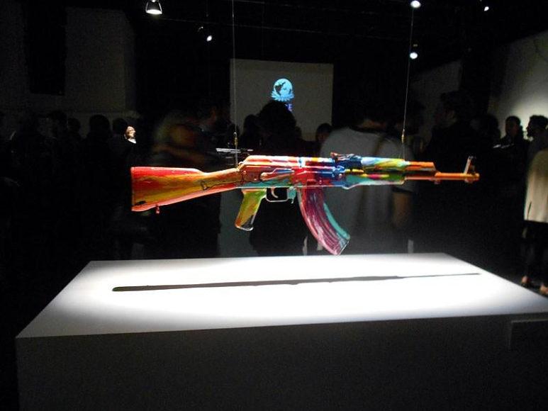 AK47 Kalashnikov του Damien Hirst για την ειρήνη.