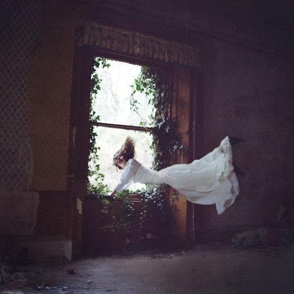 """Οι """"αιωρούμενες"""" φωτογραφίες του Louis Lander Deacon."""