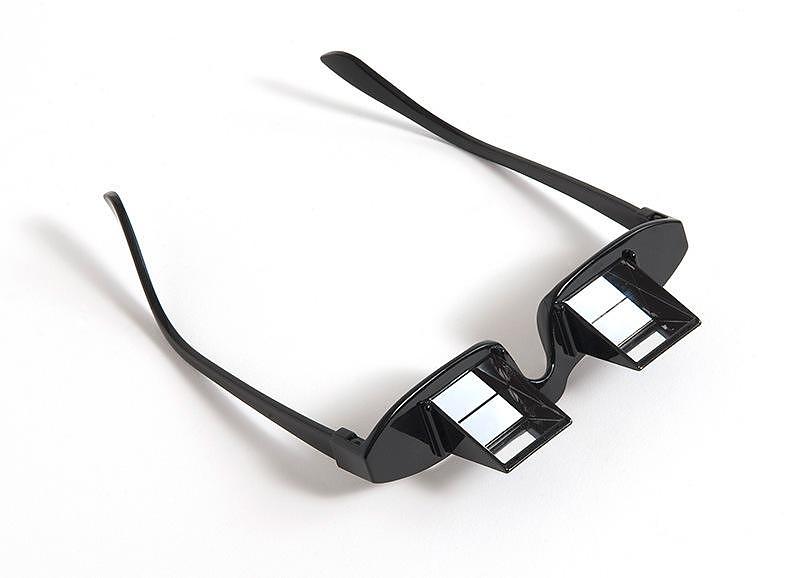 Πρισματικά γυαλιά για διάβασμα στο κρεβάτι.