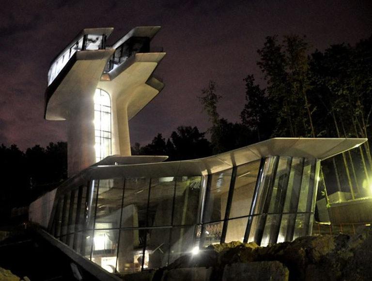 Η Zaha Hadid σχεδιάζει ένα διαστημικό σπίτι για την Naomi Campbell.