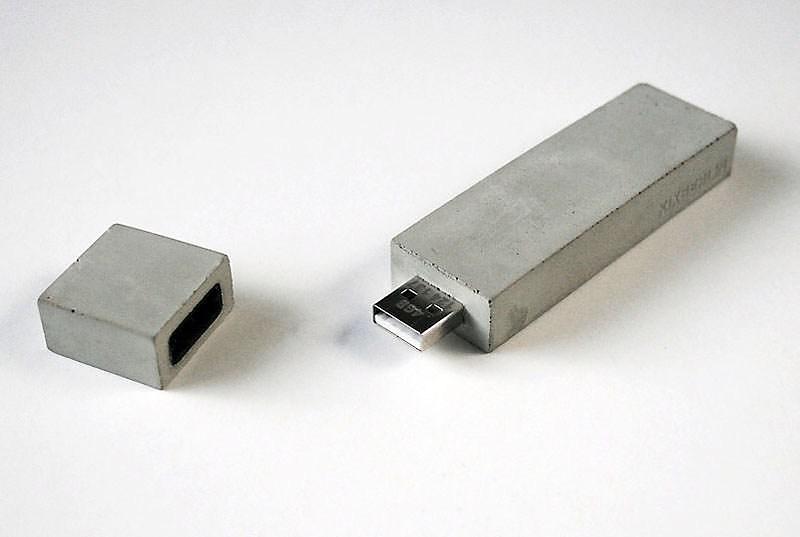 USBéton από την Kix Berlin. Ένα USB stick μπετόν.