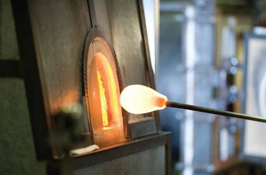 Χειροποίητα φωτιστικά από φυσητό γυαλί της Rothschild & Bickers.