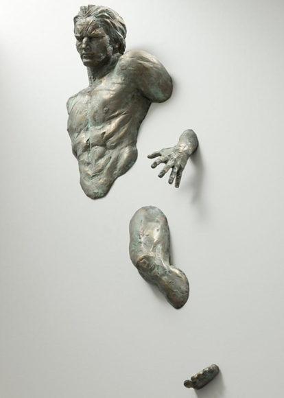 Γλυπτά ενσωματωμένα στους τοίχους της γκαλερί από τον Matteo Pugliese.