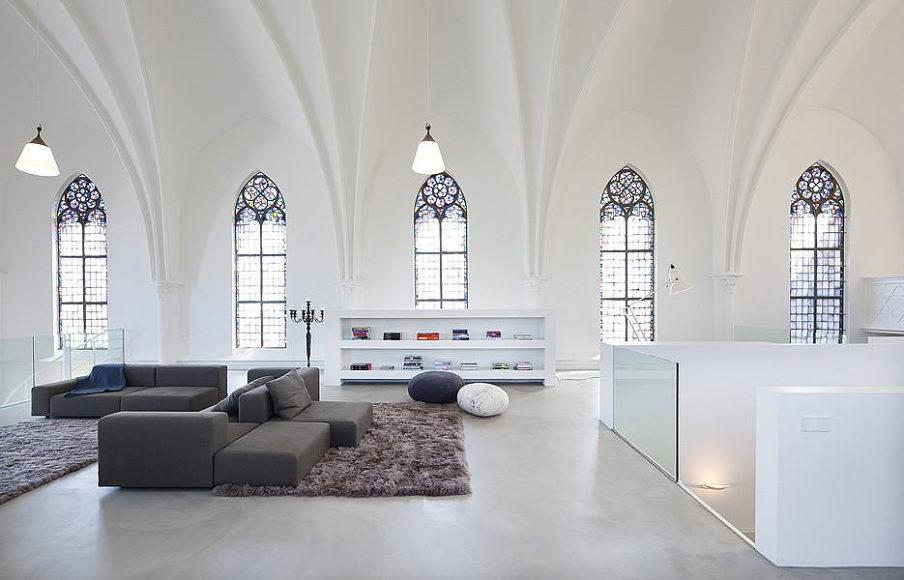 Μια εκκλησία μεταμορφώνεται σε μοντέρνο σπίτι από τους Zecc Architecten Utrecht.