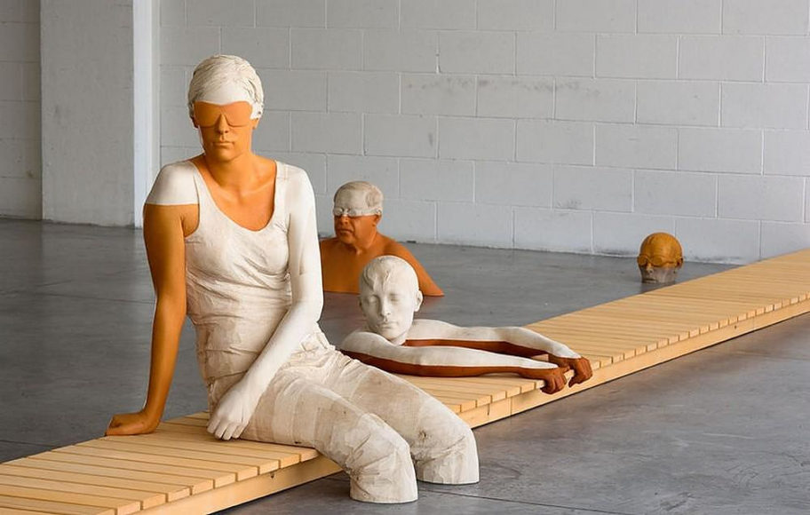 Realistic wooden sculptures by Willy Verginer.