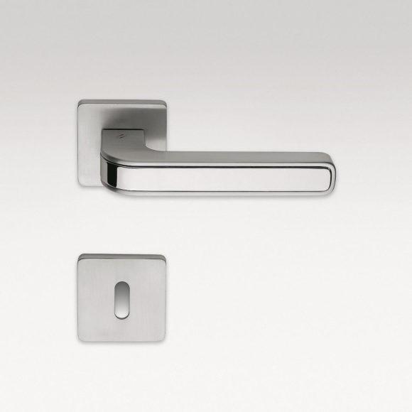 Χερούλια πόρτας από Carbon Fiber της MOMO DESIGN.
