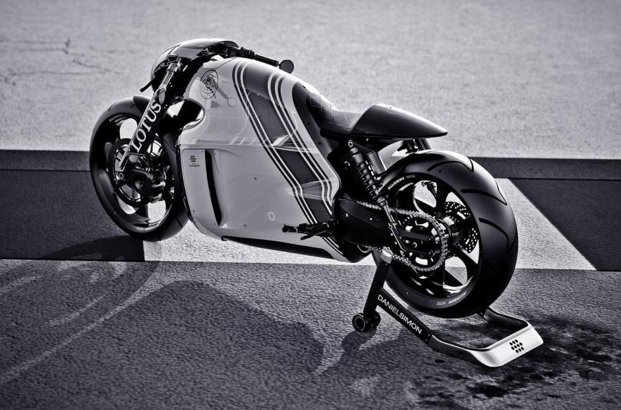 Η μοτοσυκλέτα Lotus C-01 έτοιμη για δοκιμές.