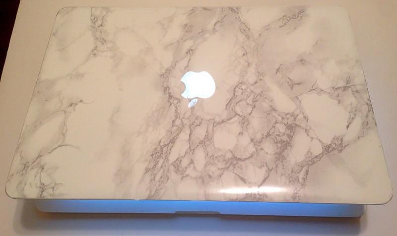 Ένα μαρμάρινο MacBook.