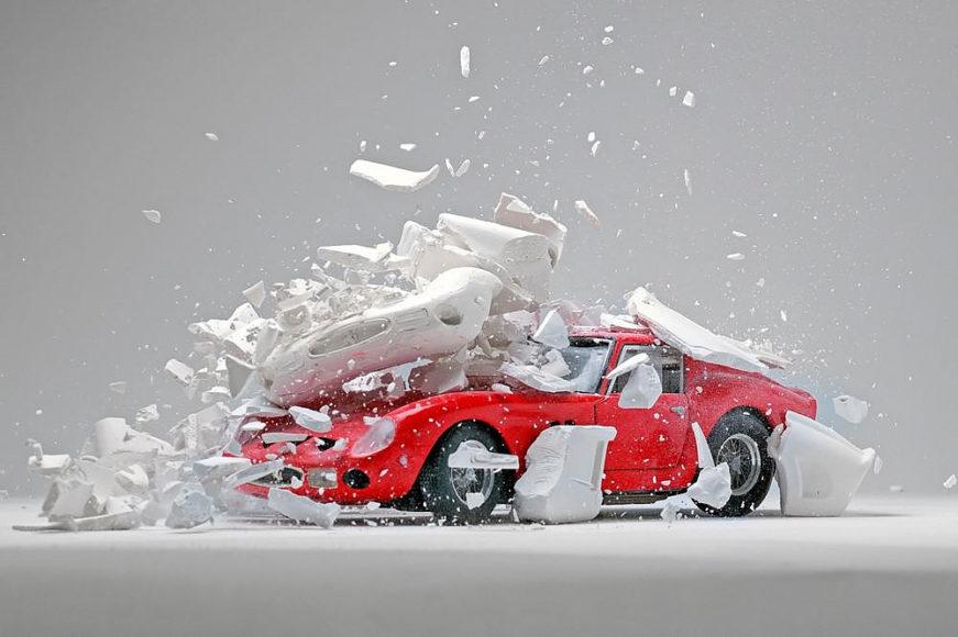 Κλασσικά σπορ αυτοκίνητα εκρήγνυνται μέσα από την φωτογραφική δουλειά του Fabian Oefner.