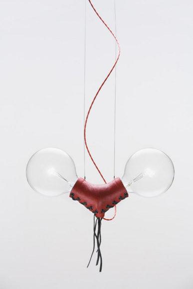 Δερμάτινο φωτιστικό Nuts for Leather του Volker Haug.