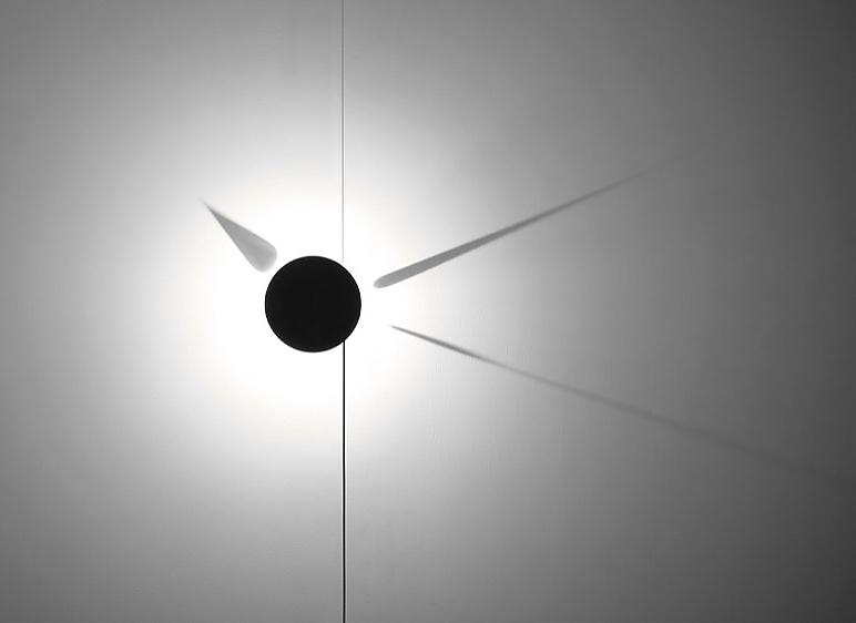 Ρολόι τοίχου φτιαγμένο με σκιές της Poetic Lab.
