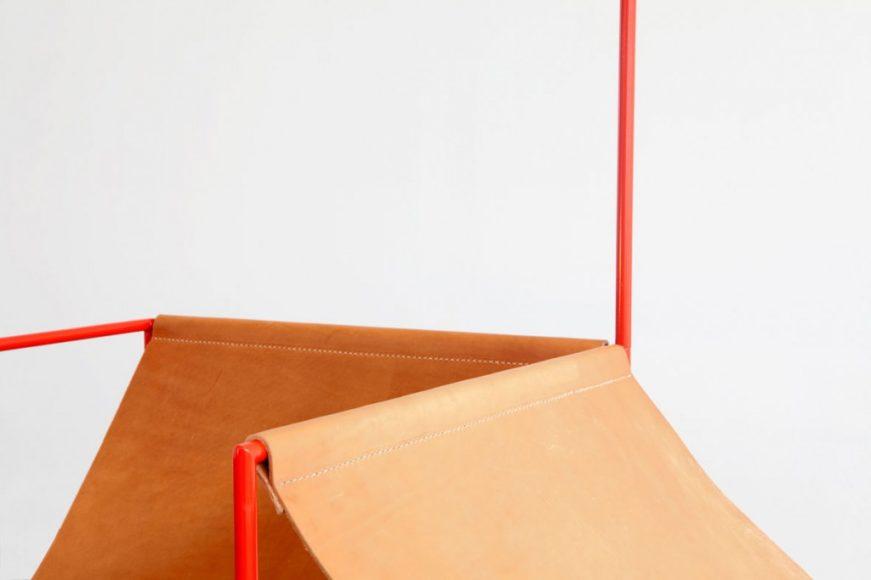 Κόκκινη σεζλόνγκ από τους Muller Van Severen.