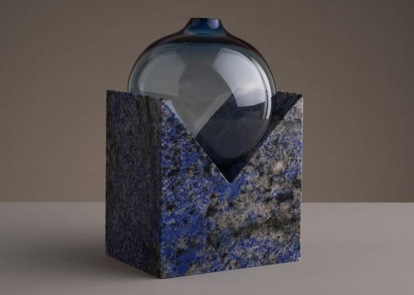 Μοντέρνα βάζα από γυαλί και μάρμαρο του STUDIO E.O