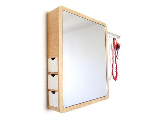 Ο Precious Mirror του Les M Design Studio συνδυάζει καθρέφτη και κοσμηματοθήκη.