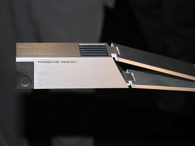 Φωτιστικό γραφείου P7111 από την Porsche Design.